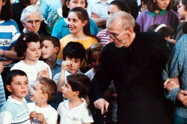Don Pietro Margini con bambini