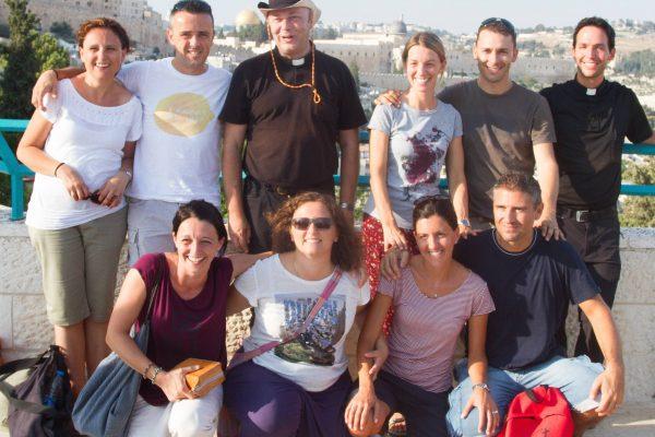 Don Luca Ferrari e don Gigi Lodesani ed alcuni educatori del MovGiovani