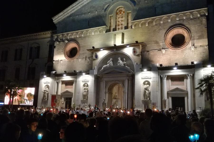 Consacrazione a Maria diocesi Reggio Emilia foto davanti alla cattedrale