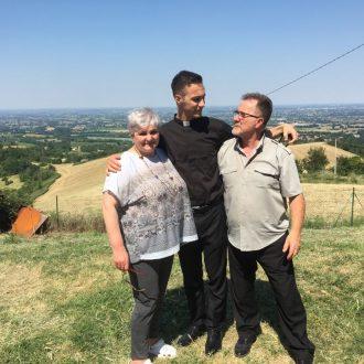 don Emanuele Sica con i genitori